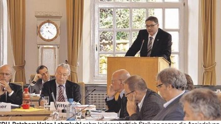 Der Schleswiger CDU Chef Helge Lehmkuhl hält eine leidenschaftliche Rede gegn die Neuansiedlung. Quelle: www.shz.de