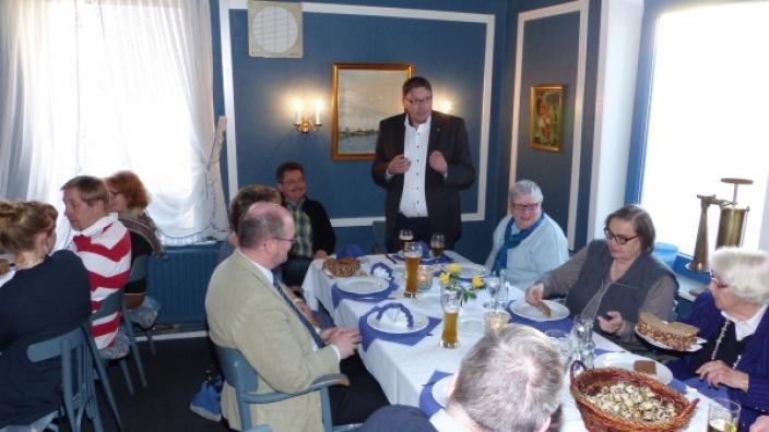 CDU Stadtvorsitzender Helge Lehmkuhl begrüßt die Gäste.